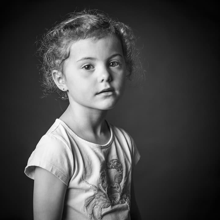 Photographe enfant Lille, Tournai. Séance Photo studio Famille Lille, Tournai. photo de couple, famille, enfant, portrait, noir et blanc